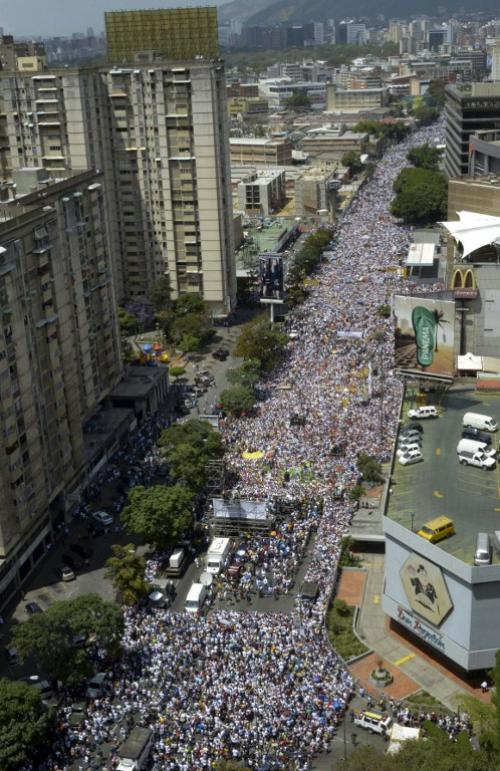 Manifestantes opositores y chavistas podrían encontrarse este sábado, lo cual alerta a las autoridades sobre un posible enfrentamiento violento. (Foto: AFP)