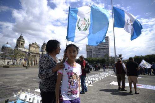 Una niña y su madre llegan a la protesta por las 41 niñas fallecidas en el Hogar Virgen de la Asunción. (Foto: Wilder López/Soy502)