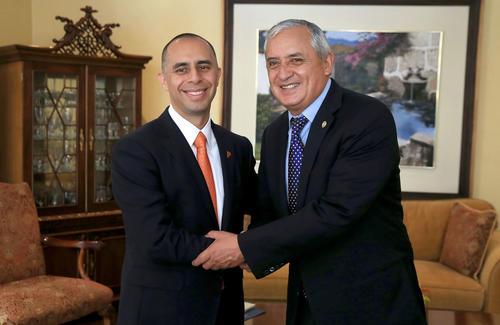 El presidente Pérez Molina recibió a Jorge Elorza en Casa Presidencial. (Foto: Presidencia)