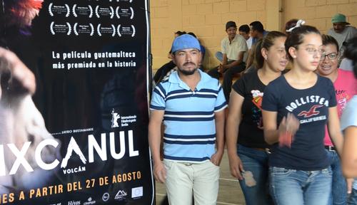 """Público saliendo de la exhibición de """"Ixcanul"""" en San Vicente Pacaya.  (Foto: Selene Mejía/Soy502)"""