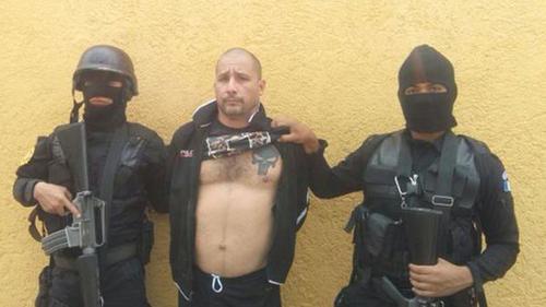 """""""El Fantasma"""" hizo suyo el logo de """"Punisher"""", lo cual demuestra con un tatuaje en su pectoral. (Foto: PNC)"""