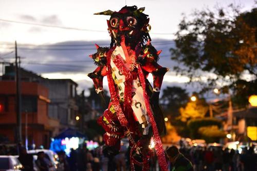 Los guatemaltecos preparan la quema del diablo con creatividad y entusiasmo.  (Foto: Archivo/Soy502)