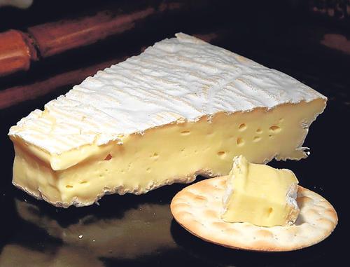 Dependiendo de la marca que se adquiera, el queso Brie puede llegar a ser uno de los cinco más caros del mundo. La SAAS contempla comprar 240 latas de este producto. (Foto: larevista.ec)