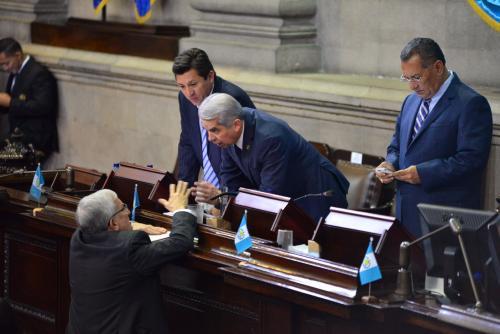 Antes de suspender la sesión, Rabbé conversa con Oliverio García Rodas, del PP. (Foto: Jesús Alfonso/Soy502)