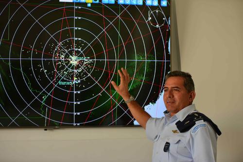 Jorge Roberto Ruiz, comandante de la Fuerza Aérea Guatemalteca, explica el funcionamiento de los radades. (Foto: Jesús Alfonso/Soy502)