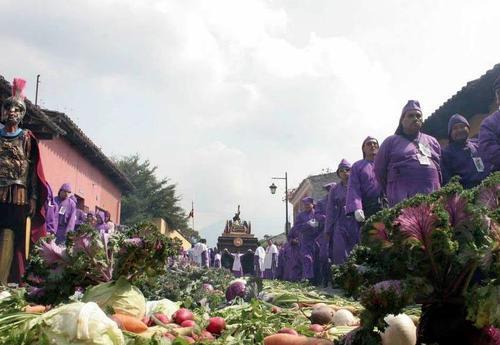 Los turistas visitaron la Antigua Guatemala para presenciar los históricos cortejos procesionales durante el descanso de la Semana Santa (Foto: Raúl Illescas)