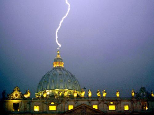 En la noche del día de la renuncia se desencadenó un fuerte temporal en Roma, la fotografía de Alessandro Di Meo de un rayo que caía sobre la cúpula del Vaticano -como en las palabras de Sodano- se convirtió en otro de los símbolos de una de las decisiones que marcaron la historia. Foto AFP