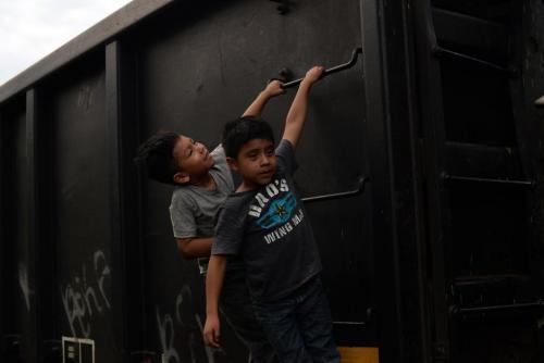 """Unos niños viajan subidos en """"La Bestia"""". (Foto: Archivo/Soy502)"""