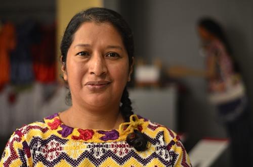 La directora técnica Violeta Gutierrez se encarga de la conservación y curaduría de las piezas textiles del Museo Ixchel. (Foto: Selene Mejía/Soy502)