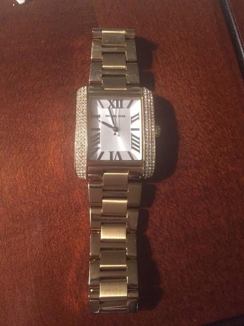 La diputada Daniela Beltranena envió la fotografia del reloj Michael Kors que provocó comentarios en las redes. Los relojes de este diseñador cuestan en promedio cerca de 2,500 quetzales.