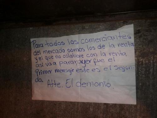 Esta nota fue dejada junto a los restos humanos en la zona 18. (Foto: Emisoras Unidas)