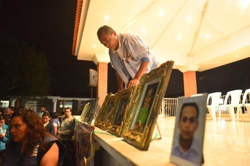 Los sobrevivientes colocaron fotografías de las víctimas. (Foto: Jesús Alfonso/Soy502)