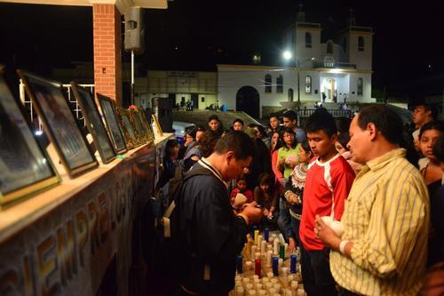 Se encendieron veladoras con los nombres de las víctimas. (Foto: Jesús Alfonso/Soy502).