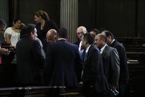 Mientras se esperaba a que iniciara la sesión, diputados de Lider, PP e independientes se reunieron. (Foto: Alexis Batres/Soy502)