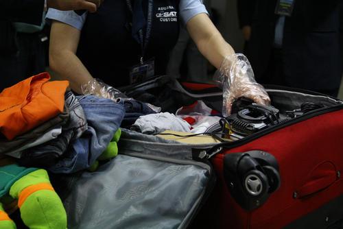 Luego de observar en el escáner de rayos x, personal de la Aduana, abrirá las maletas si tienen dudas del contenido. (Foto: Alexis Batres/Soy502)