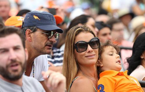 Ricardo Arjona junto a su novia Deisy Arvelo y su hijo, Nicolás. (Foto. Hola México)