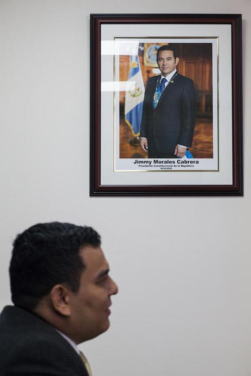 Jimmy Morales juramentó al viceministro de Ambiente, Ricardo Alfonso Barrientos. (Foto: Simone Dalmasso/Plaza Pública)