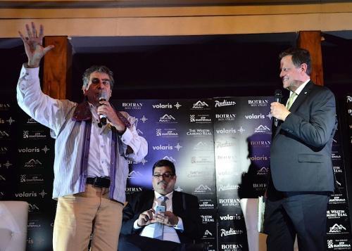 """Ricky López (izquierda) junto a Enrique Beltranena, fundador de Volaris, anunciando el proyecto cinematográfico """"Serpiente emplumada"""". (Foto: Selene Mejía/Soy502)"""