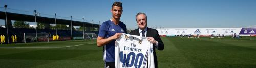 Florentino Pérez le entregó una camiseta conmemorativa a Cristiano Ronaldo por sus 400 goles como madridista. (Foto: Real Madrid)
