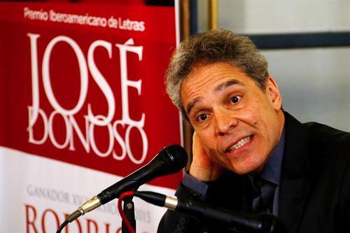 Rey Rosa comparte su agradecimiento durante la entrega del premio José Donoso en Chile. (Foto: EFE)
