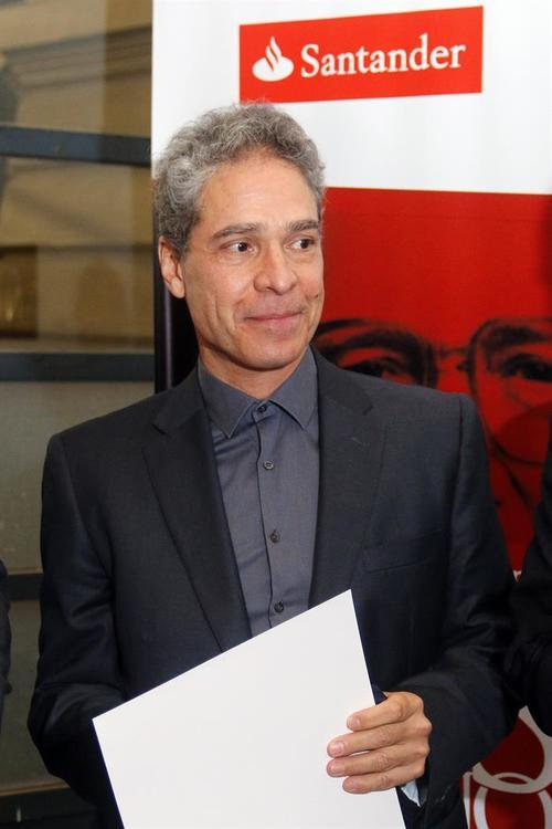 El escritor guatemalteco durante la entrega de su premio. (Foto: EFE)