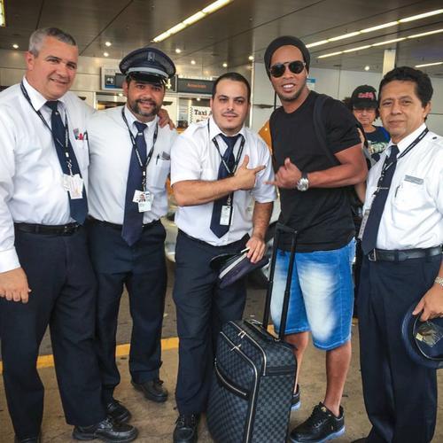 Ronaldinho se tomó una fotografía con la tripulación que los trasladó hasta Guatemala. (Foto: Ronaldinho)