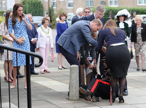 Luego de ver a Douglas-Hughes en el suelo, William va al rescate. (Foto: EOnline.com)