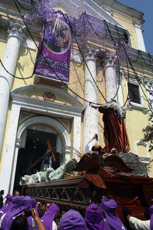 La imponente anda de Jesús Nazareno del Consuelo sale de la Iglesia de la Recolección a hombros de cucuruchos. (Foto: Raúl Illescas)