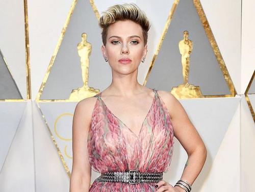 Scarlett llamó la atención por no usar sostén con una transparencia. (Foto: AFP)