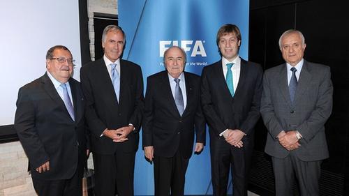 El guatemalteco Rafael Salguero, primero en la fila, junto a directivos de FIFA. (Foto: FIFA)