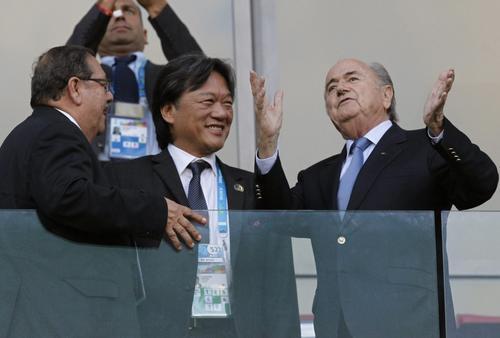 El guatemalteco Rafael Salguero, primero en la imagen, junto al costarricense Eduardo Li, detenido en Suiza, y Joseph Blatter, presidente de la FIFA. (Foto: FIFA)