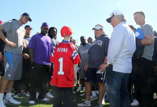 Sam se reunió con los miembros del equipo de football americano Patriots.  (Foto: Patriots.com)