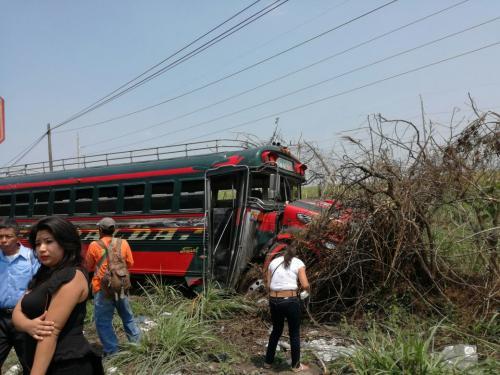 """En el percance vial estuvo involucrado un autobús de los transportes """"Esmeralda"""". (Foto: @DTransitoPNC)"""