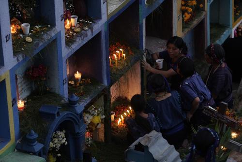 Los pobladores de San Antonio Palopó iluminan las tumbas de sus seres queridos. (Foto: Esteban Biba/EFE)