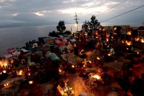 La noche se llena de brillo a orillas del Lago Atitlán. (Foto: Esteban Biba/EFE)