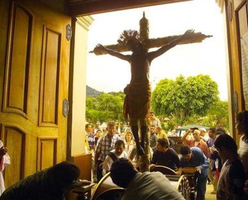 La comunidad de Alajuelita en Costa Rica, venera con una procesión al Cristo Negro de Esquipulas.