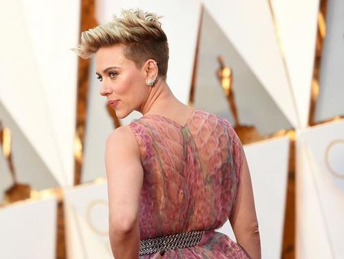 Así lucía la espalda de Scarlett Johansson. (Foto: AFP)