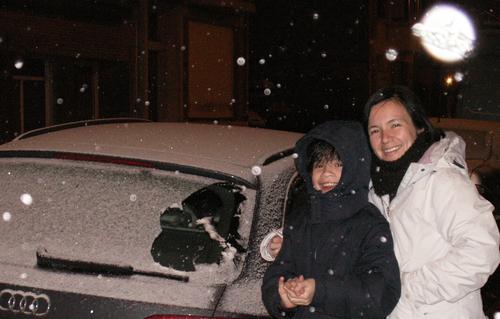 Claudia y su hijo, en la primera nevada de temporada en 2010, que presenciaron en Bélgica.