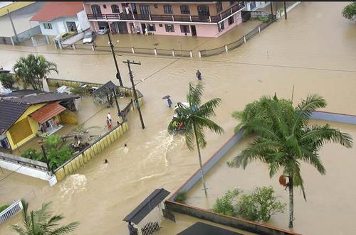 En Brasil las inundaciones y corrimientos de tierra han provocado miles de desalojos.