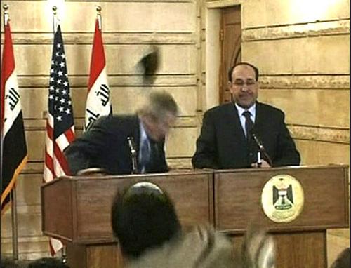 """En 2008 las imágenes del """"zapatazo"""" que recibió el expresidente estadounidense George Bush dieron la vuelta al mundo."""