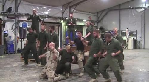 Los soldados suecos, hacen gala de buen ritmo y coordinación en esta parodia de la canción de la película Grease.