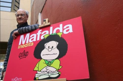 Mafalda junto a Quino, su creador, quien tiene actualmente 81 años. (Foto: EFE)