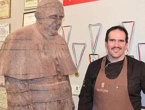 El artesano junto a su creación. (Foto: Mirco della Vecchia)