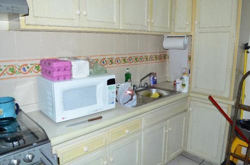La cocina, donde se podían ver algunos víveres y electrodoésticos. (Foto: El Debate)