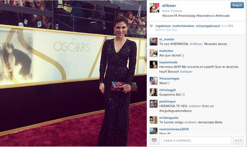Su momento en la alfombra roja luciendo joyas de la diseñadora guatemalteca Alessandra Robles y una cartera de su marca Maria's Bag.