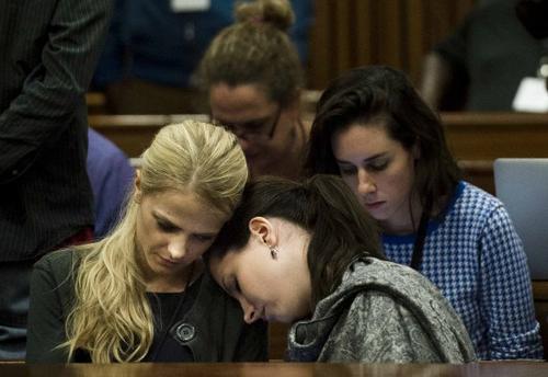 Aimee Pistorius hermana de Pistorius descansa su cabeza sobre una amiga en el quinto día de juicio. (Foto:AFP)