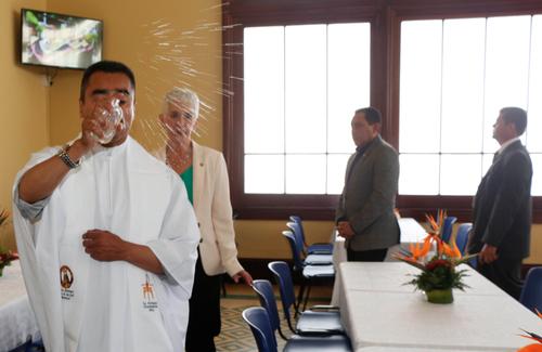 López Bonilla (al fondo) recorre el comedor que lleva su nombre mientras el sacerdote realiza la bendición del lugar. (Foto:PNC)