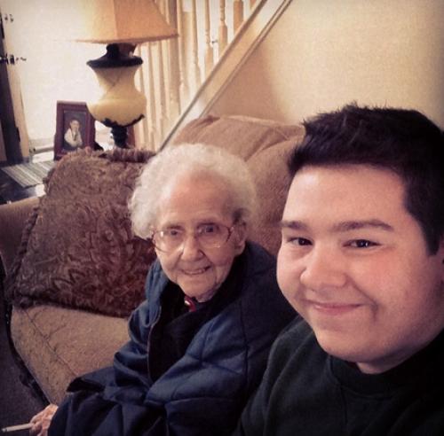 """En la imagen se muestra al creador de la cuenta con su abuelita. """"Creo que soy famosa ahora, tengo la oportunidad de estar en las noticias"""" habría dicho Betty al momento de esperar al periodista que descubrió la cuenta. (Foto:Instragam grandmabetty33)"""