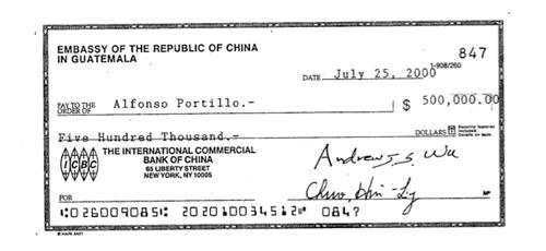 Este es uno de los tres cheques entregados a Alfonso Portillo. (Foto:Soy502)