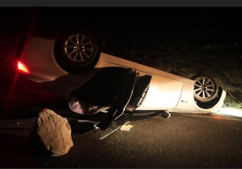 Un deslizamiento de rocas en el Cañón Carbono, causo que este auto volcara. (Foto:LosAngelesTimes)